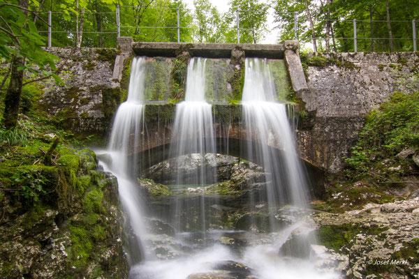 Ein Wasserfall aus einer Brücke? Wo gibt's denn so etwas? In Slowenien!