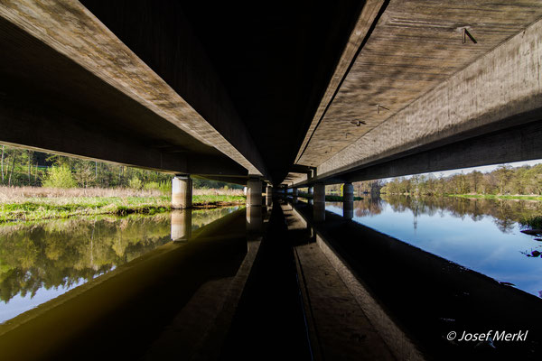 Autobahnbrücke bei Schwarzenfeld. Mündung der Schwarzach in die Naab