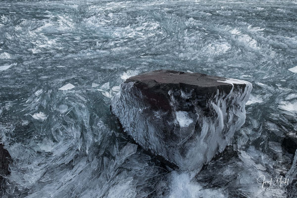 Tausende kleine Eisplättchen im See, Reykjanes-Halbinsel