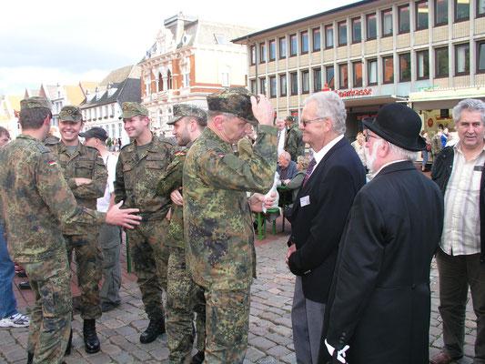 Heider Bürger treffen Soldaten