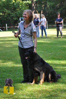 Akando von Lauereck freut sich mit Frauchen über den 1. Platz Rüden Jugendklasse