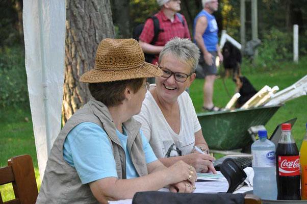 Rosemarie Neuwarth (Gast) mit Petra Biallas - Spaß am Richtertisch