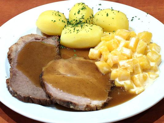 Schweinerollbraten an Rahmsauce dazu gestoppte Rüben & Salzkartoffeln
