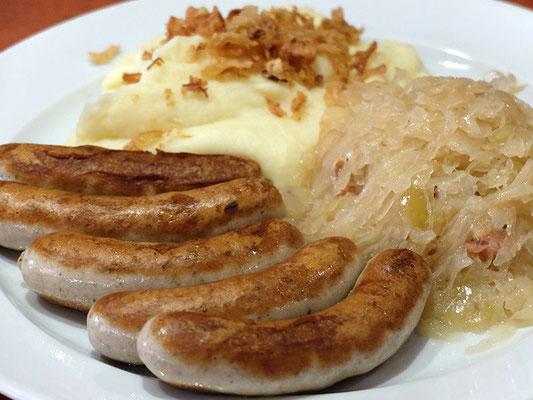 Nürnberger Bratwürstel mit Sauerkraut & Kartoffelpüree