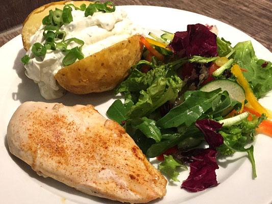 Mittagstisch Putenbrust an gemischtem Salat dazu Ofenkartoffel
