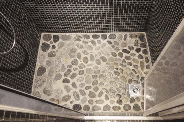 … mit dem kleinen privaten Maggiastrand in der Duschkabine!
