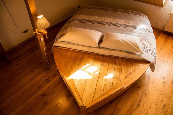 Habitación con cama bote