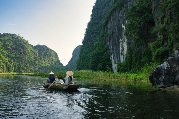 Boottocht over de rivier in Tam Coc, Vietnam