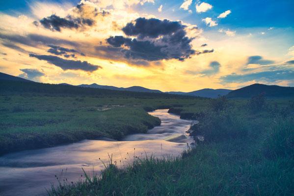 Zonsondergang in het noorden van Mongolië