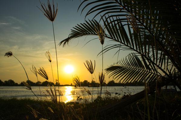 Zonsondergang boven de rivier in Kampot