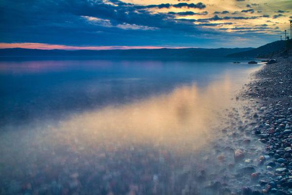 Baikal meer tijdens zonsondergang.