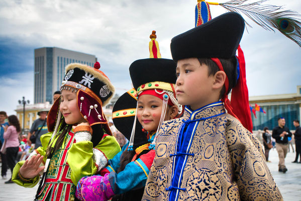 Traditioneel geklede kinderen tijdens het Naadam festival in Ulaanbaatar Mongolië