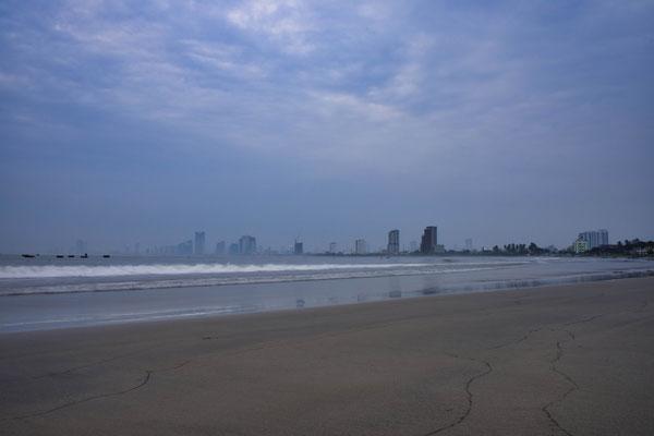's Morgens vroeg op het strand in Da Nang, Vietnam