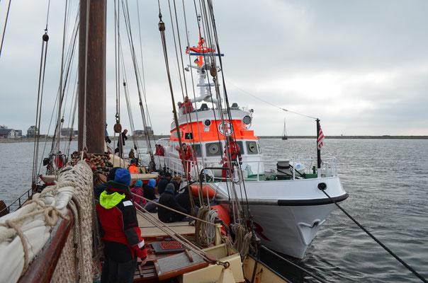 Übung: Seenotkreuzer Nis Randers längsseits an der Fortuna