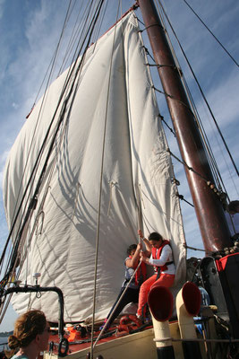 Zwei Mitseglerinnen beim Setzen der Segel