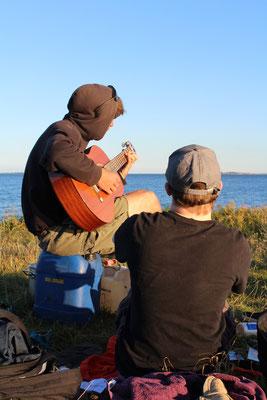 Gitarre spielen am Strand