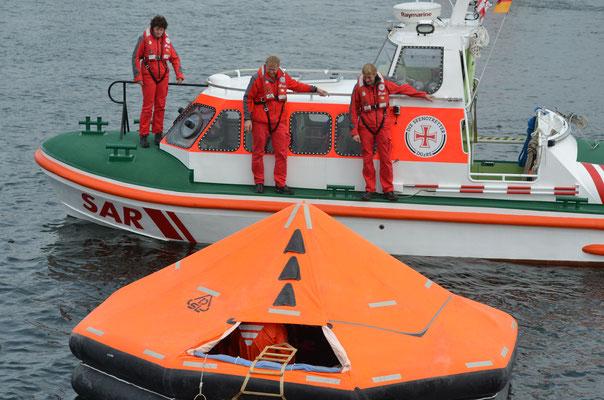 Übung: Rettungsinsel vor dem Seenotrettungsboot Jens Füerschipp