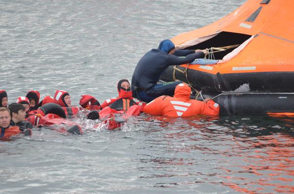Übung: Stammcrewmitglieder der Fortuna klettern in eine Rettungsinsel