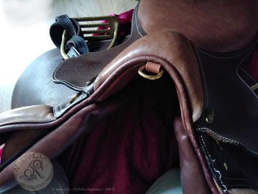pose d'un dé enchappé de cuir, attache solide et discrète pour ajout kit rando, 2020  ©
