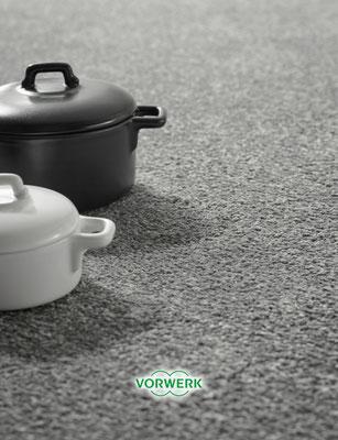 Schwarz-Weiß Bild mit zwei Töpfen auf Vorwerk Teppichboden.