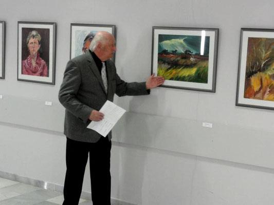 Professor Manfred Prinz eröffnet die Ausstellung von Erika Hartung in Neubrandenburg, April 2016