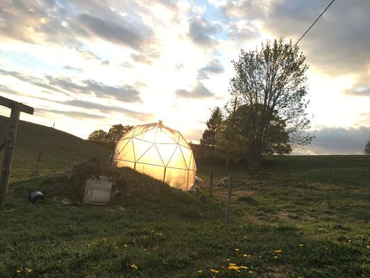 Coucher dans soleil dans la serre géodésique