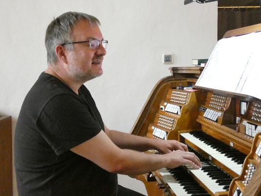 Matthias Wamser an der Orgel