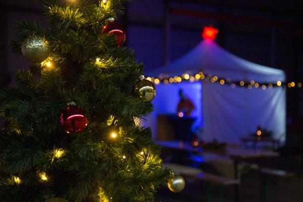 Geschmückter Tannenbaum und helle Pagoden