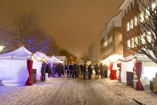 Verschneites Weihnachtsdorf