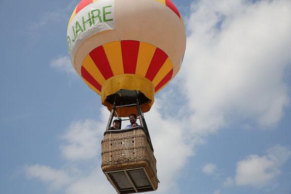 Auch ein Heißluftballon ist am Himmel