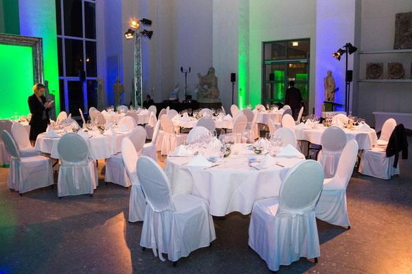 Tische mit weißen Hussen im Saal
