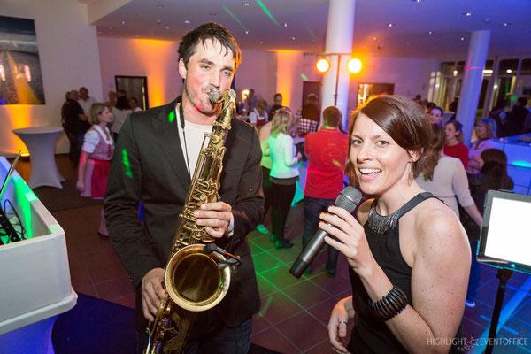 Livemusiker begeistern die Gäste mit Gesang und Saxofon