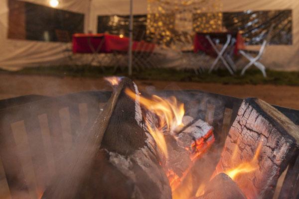 Warmes Feuer und Holz