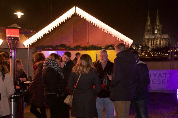Hell beleuchtete und geschmückte Weihnachtshütte Köln