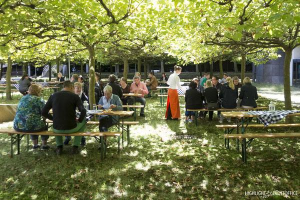 Ein Sommerfest unter Bäumen im Freien