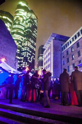 Mobiler Outdoor Weihnachtsmarkt zwischen Gebäuden