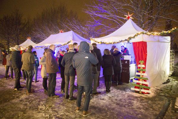 Die Gäste und der mobile Weihnachtsmarkt