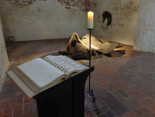 Hansestadt Lübeck. Mahnmal in der Marienkirche, zerstörte Glocke