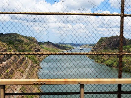 ....überqueren wir den Panama-Kanal