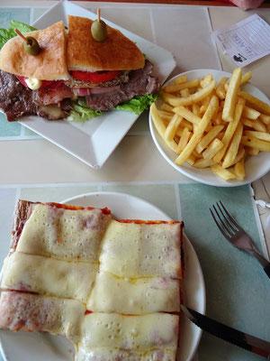 Unser Mittagessen - Chivito mit Rindsplätzli und Pizza - typisch Uruguay Style....