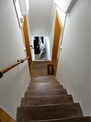 ....im steilen Treppenhaus muss man sich fast abseilen ;o)