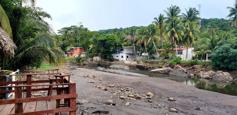 Aussicht vom Restaurant auf den Río El Tunco....