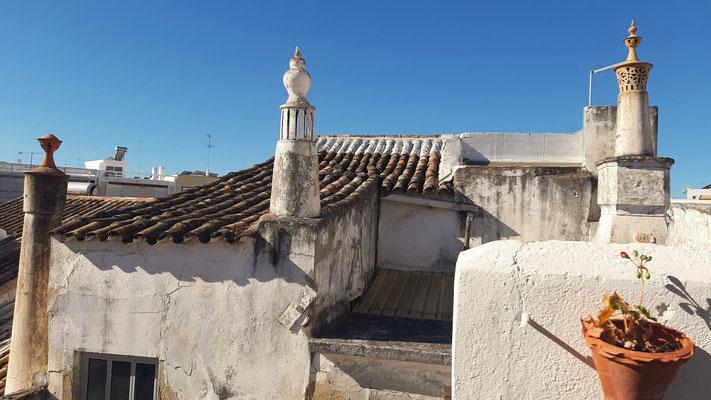 ....und Blick auf Nachbardächer und orts-typische Kamine