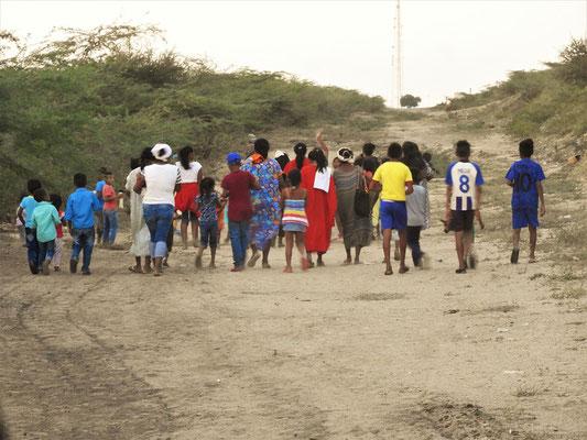 Die Dorfbewohner auf dem Nachhauseweg