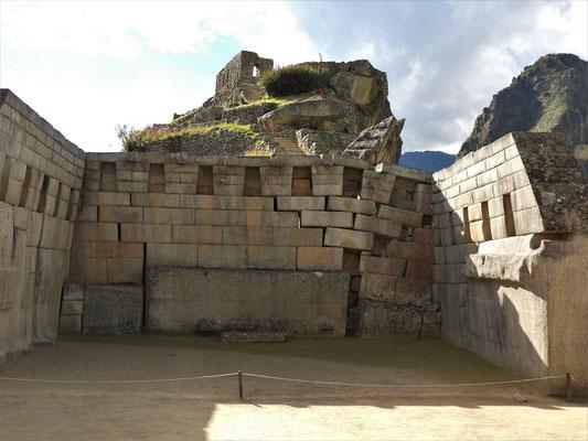 Ein weiterer unfertiger Tempel - der Boden senkt sich langsam und zerstört das antike Gebäude
