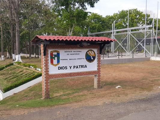 Einfahrt auf's Militärgelände in Metetí....