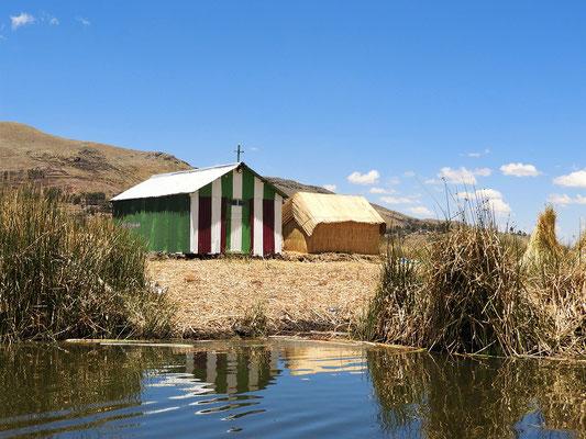Eine der drei Kirchen auf Uros