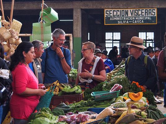Anouar erklärt uns die verschiedenen Früchte und Gemüse
