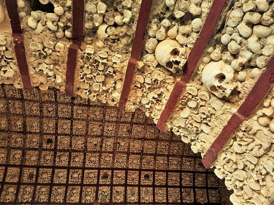 ....Schädel und Gebeine der Klosterbrüder
