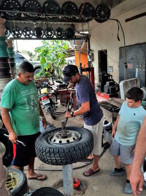 ....die neue Reifen werden montiert....
